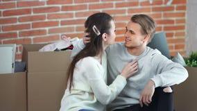 Coppie del giovane e della donna del colpo medio che hanno migliore sensibilità di tenerezza che gode insieme stock footage