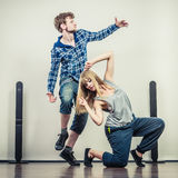 Coppie del hip-hop di dancing della donna e del giovane Fotografia Stock