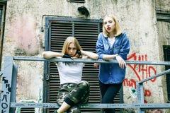 Coppie del ouyside sulle vie che raffreddano, stile di vita p degli adolescenti fotografia stock libera da diritti
