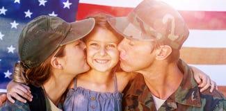 Coppie del soldato riunite con la loro figlia Fotografia Stock Libera da Diritti