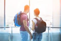 Coppie del viaggiatore nell'amore con gli zainhi all'interno Fotografie Stock Libere da Diritti