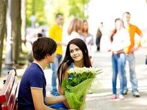 Coppie dell'adolescente alla data all'aperto. Immagine Stock