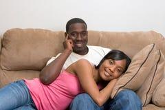Coppie dell'afroamericano nel loro salone Immagini Stock Libere da Diritti