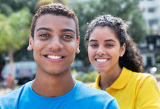 Coppie dell'America latina felici con le camice variopinte Fotografie Stock