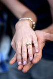 Coppie dell'anello di fidanzamento Immagini Stock