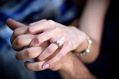 Coppie dell'anello di fidanzamento immagini stock libere da diritti