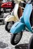Coppie dell'inizio degli anni cinquanta di Lambrettas Fotografia Stock Libera da Diritti