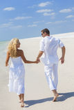 Coppie della donna dell'uomo che si tengono per mano spiaggia corrente Fotografie Stock