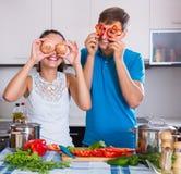 Coppie della famiglia che cucinano le verdure Immagini Stock Libere da Diritti