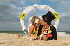 Coppie della persona appena sposata in hula hawaiana Fotografie Stock