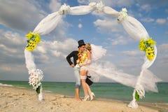 Coppie della persona appena sposata in hula hawaiana Fotografia Stock