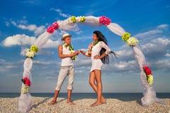 Coppie della persona appena sposata in hula hawaiana Immagine Stock Libera da Diritti