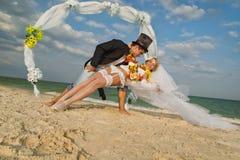 Coppie della persona appena sposata nel hawaiano Hula Immagini Stock