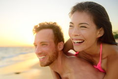 Coppie della spiaggia che ridono nell'amore divertendosi romance Fotografia Stock