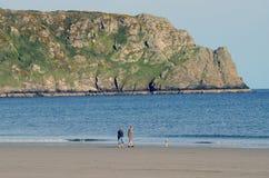 Coppie della spiaggia di Cornovaglia Inghilterra con il cane Tom Wurl Fotografia Stock Libera da Diritti