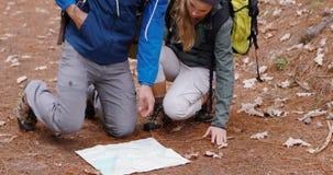 Coppie della viandante che esaminano mappa video d archivio