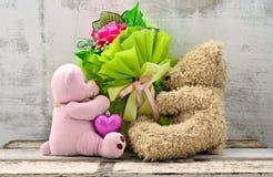 Coppie delle bambole sveglie dell'orso che tengono il mazzo delle rose Immagini Stock Libere da Diritti