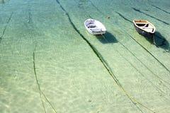 Coppie delle barche in acqua cristallina Fotografia Stock