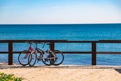 Coppie delle biciclette sul pilastro vicino al mare in Spagna Fotografia Stock Libera da Diritti