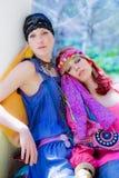 Coppie delle donne che riposano nel giardino fotografia stock libera da diritti
