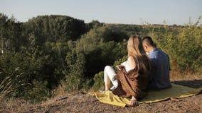 Coppie delle viandanti che riposano vicino alla tenda nel sole caldo Mappa della lettura archivi video
