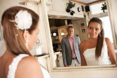 Coppie dello specchio di cerimonia nuziale Fotografia Stock