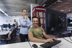 Coppie di affari all'ufficio Immagine Stock