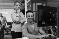 Coppie di affari all'ufficio Fotografie Stock Libere da Diritti