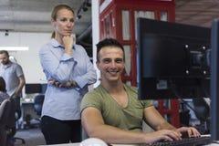 Coppie di affari all'ufficio Immagini Stock Libere da Diritti