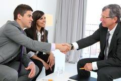 Coppie di affari che agitano le mani con il socio. Immagini Stock Libere da Diritti