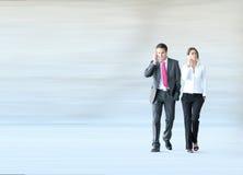 Coppie di affari che camminano insieme Fotografie Stock