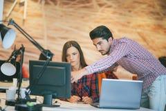 Coppie di affari che lavorano insieme sul progetto all'ufficio startup moderno Immagine Stock Libera da Diritti