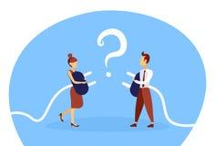 Coppie di affari che tengono il punto interrogativo confuso di concetto della soluzione di problema di collegamento della donna d illustrazione di stock