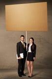 Coppie di affari con cartone in bianco Fotografia Stock