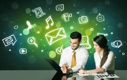 Coppie di affari con i simboli sociali di media fotografie stock