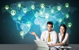 Coppie di affari con il collegamento sociale di media Immagini Stock