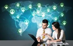 Coppie di affari con il collegamento sociale di media Fotografia Stock