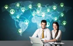 Coppie di affari con il collegamento sociale di media Fotografia Stock Libera da Diritti