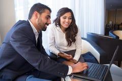 Coppie di affari con il computer Immagini Stock Libere da Diritti