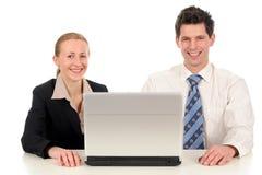 Coppie di affari con il computer portatile fotografia stock libera da diritti