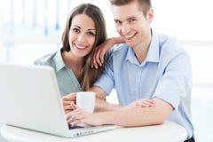 Coppie di affari con il computer portatile Fotografie Stock Libere da Diritti