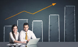 Coppie di affari con il diagramma di affari Immagini Stock Libere da Diritti