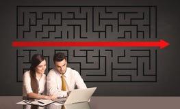 Coppie di affari con un puzzle risolto nel fondo Fotografia Stock Libera da Diritti