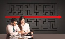 Coppie di affari con un puzzle risolto nel fondo Fotografie Stock Libere da Diritti