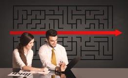 Coppie di affari con un puzzle risolto nel fondo Immagini Stock