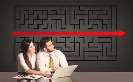 Coppie di affari con un puzzle risolto nel fondo Fotografia Stock