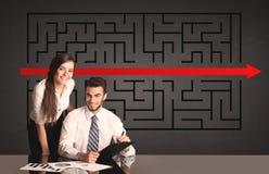Coppie di affari con un puzzle risolto nel fondo Immagine Stock
