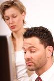 Coppie di affari sul lavoro con la l Immagini Stock