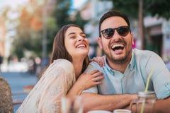 Coppie di amore che si siedono in un caff? che gode nel caff? e nella conversazione fotografie stock