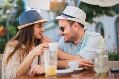 Coppie di amore che si siedono in un caff? che gode nel caff? e nella conversazione fotografia stock